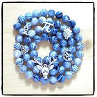 perles bleues et breloques sciences ou mignonnes