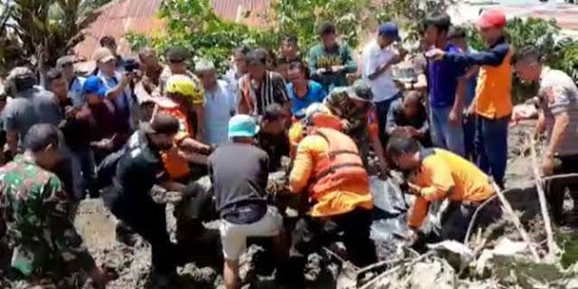 Tim gabungan menemukan korban banjir bandang di Samosir.