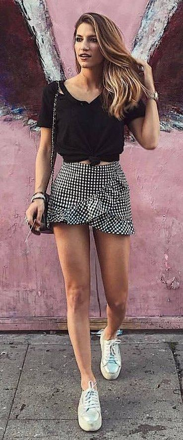 casual style addiction / mini skirt + sneakers + black top + bag