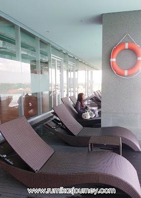 kursi malas di tepi kolam renang de entrance arkadia
