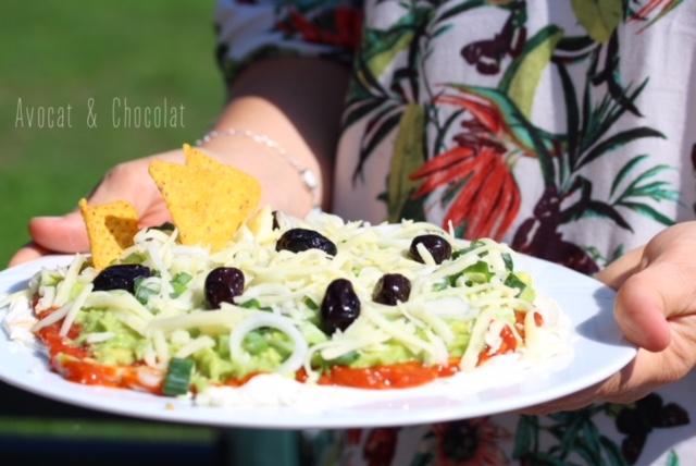 """alt=""""femme en robe à fleur qui tient une assiette de pizza mexicaine"""""""