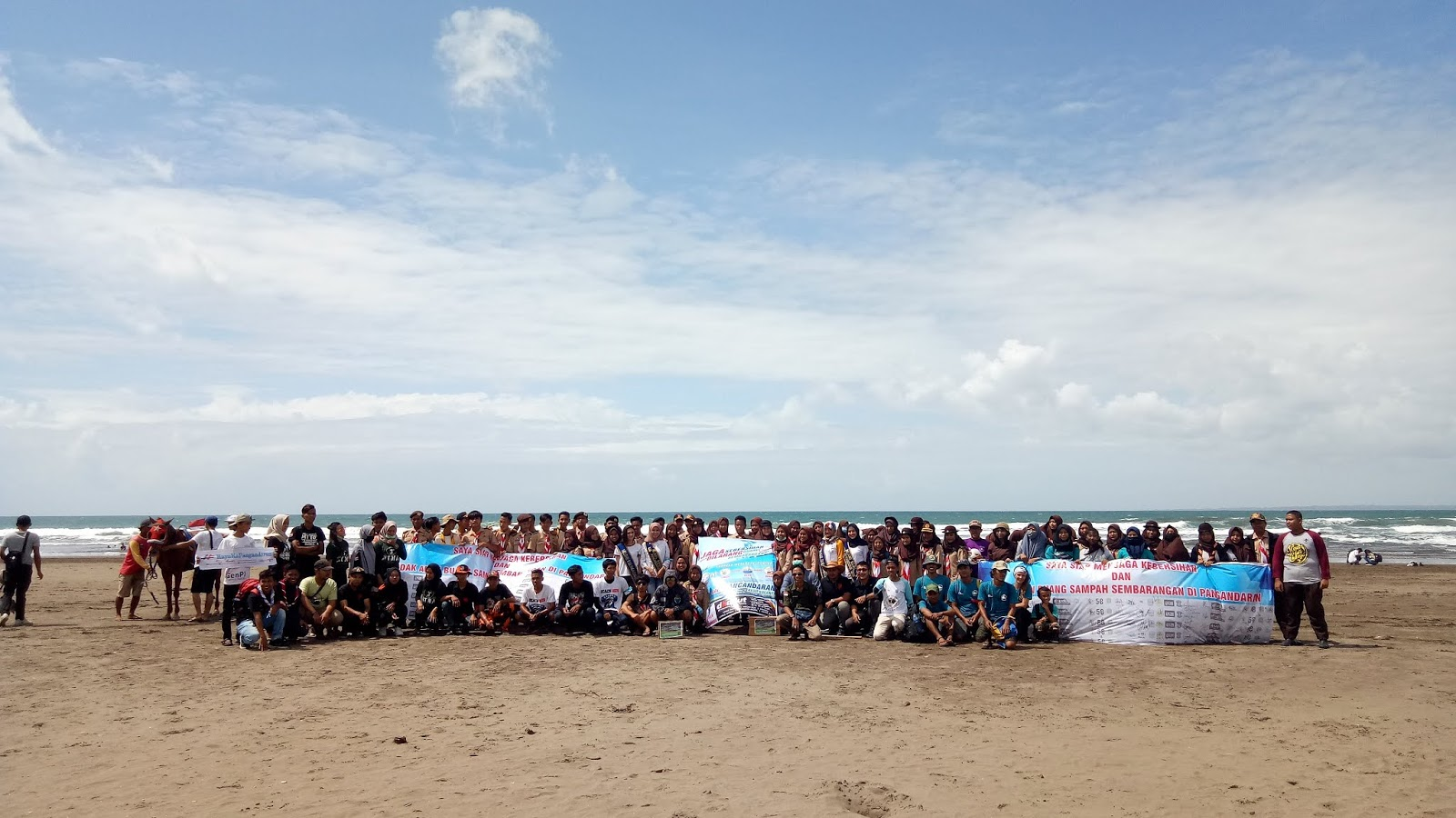 Awal Tahun 2019, Pemuda dan Ibu-Ibu Turun Ke Pantai Buat Petisi