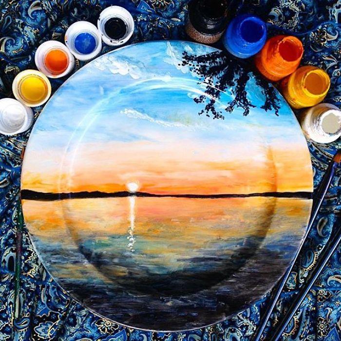 Platos de cerámica con bellas piezas de paisajes imaginarios de The Crazy Plate Lady