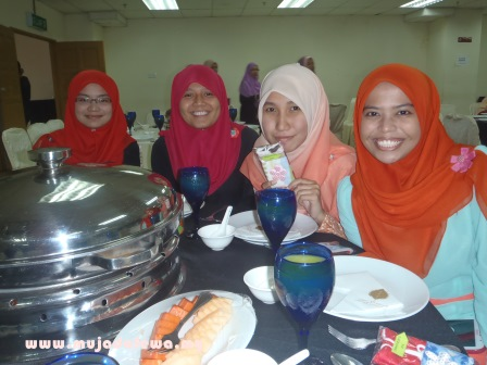 makan malam asrama, hostel dinner, beautiful girls, perempuan cantik