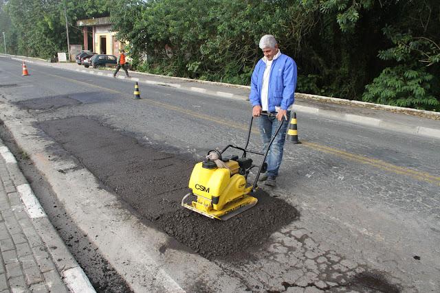 Reparos e tapa-buracos são realizados em Avenidas e Ruas em Juquiá
