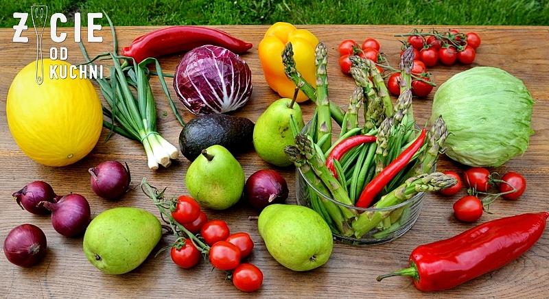 salatka do grilla, grill, maj, majowka, weekend, dlugi weekend, danie z grilla, szparagi, fasolka szparagowa, gruszki, melon, papryka, awokado, salata, cebula czerwona, papryczka chili, blog, zycie od kuchni, przepisy na szparagi, salatki, pomidorki koktajlowe