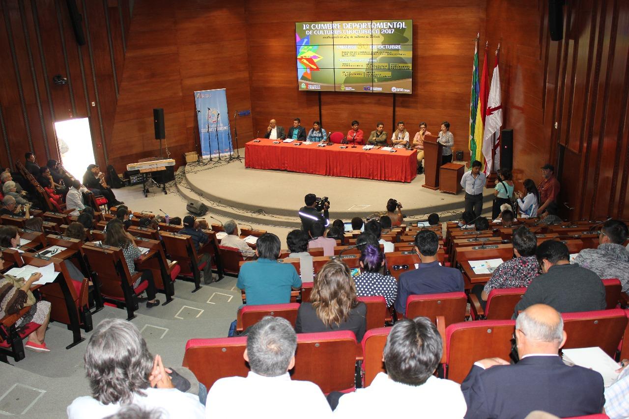 Artistas y autoridades durante la reunión previa a la cumbre nacional de culturas