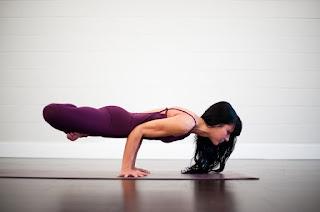 Tangtop ungu cantik Manfaat Pose Yoga untuk Kesehatan Tubuh dan Tips memilih pakaian Yoga