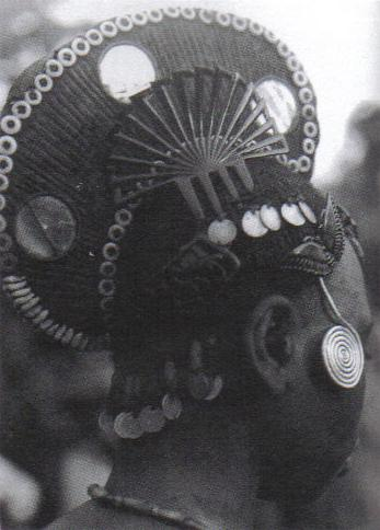 Woman with coiffure in the form of a crest with ornaments and comb. Igbo, Nigeria, West Africa Photo: Afrika Museum, Berg en Dal