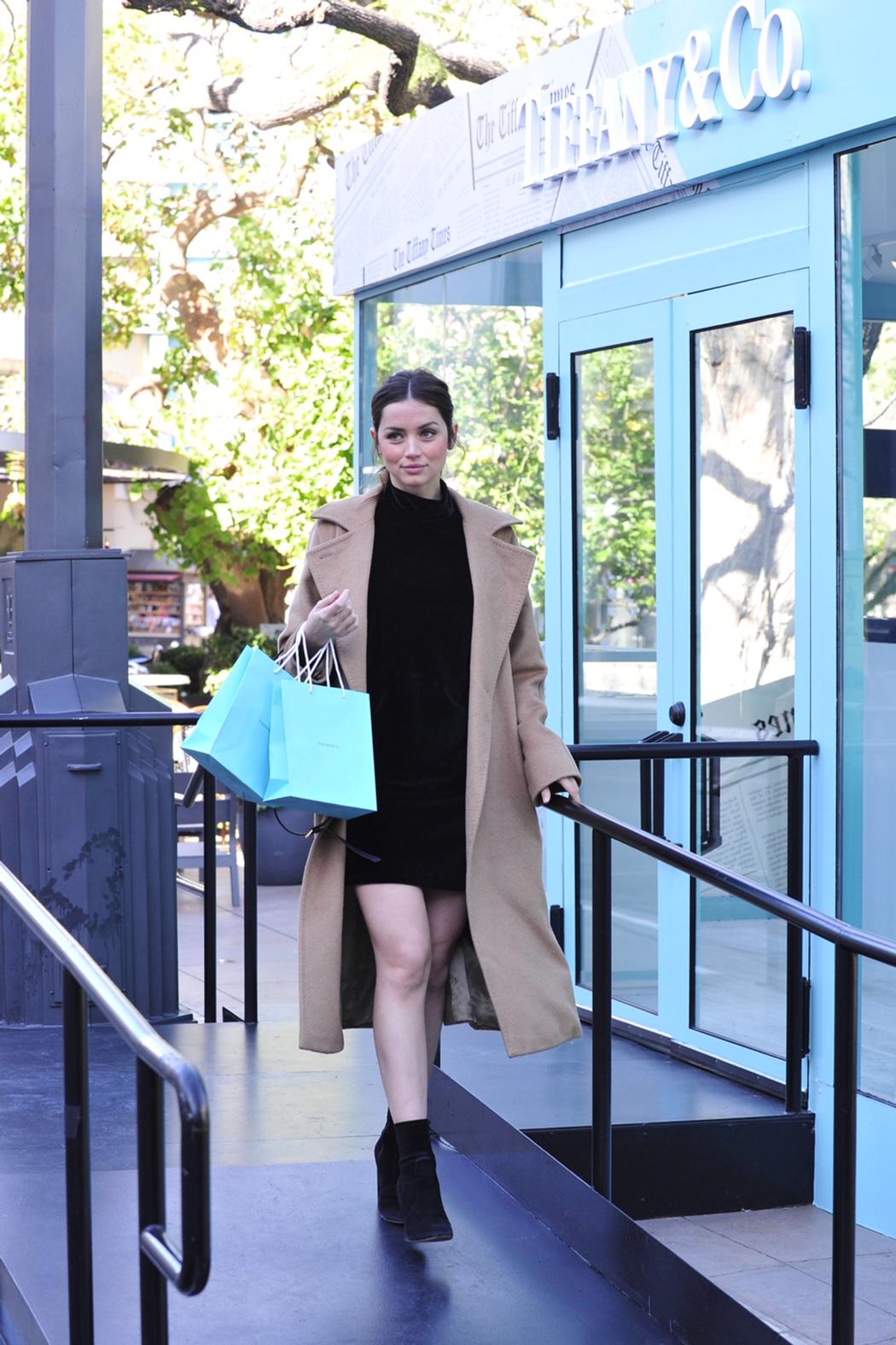 Ana de Armas, estrela do filme Blade Runner 2049, visitou a primeira loja  pop up da Tiffany Co. em West Coast, Los Angeles, no The Grove. 66d9be8705