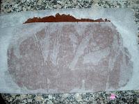 Masa de cacao estirada en papel vegetal