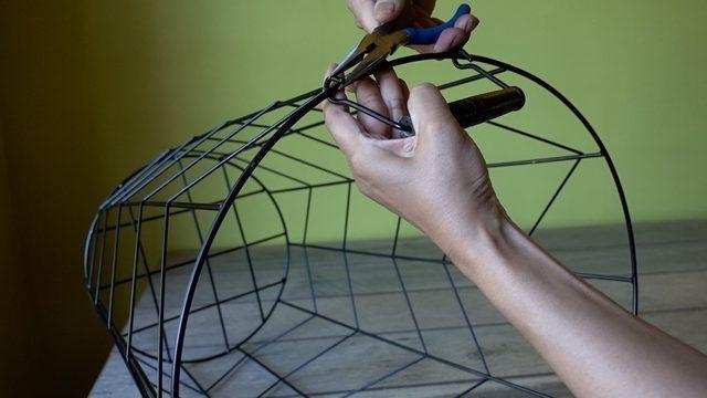 Papierkorb plus Servierbrett – fertig ist der Beistelltisch! Leichter Selbermachen-Trick für industriell geprägte Einrichtung im Mid-Century Design