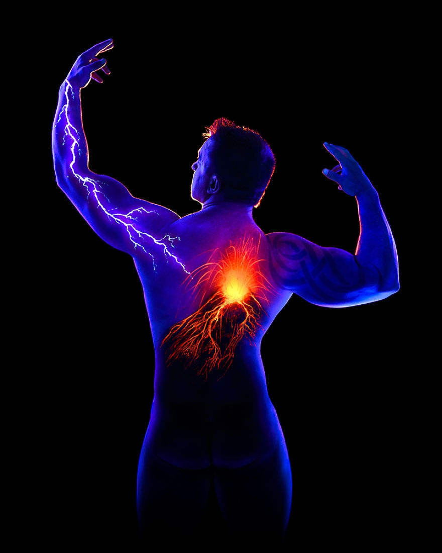 07-John-Poppleton-Body-Painting-turns-into-Body-Scapes-in-the-Dark-www-designstack-co