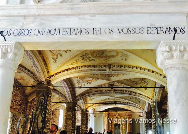 Capela dos Ossos construida em 1580 com caveiras e ossos de 8.000 pessoas junto à Igreja de S. Francisco