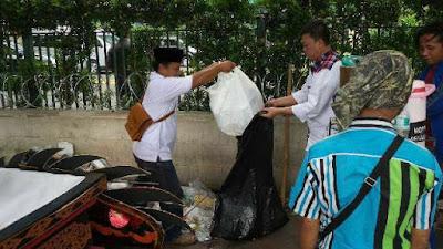 nusron wahid pungut sampah 412
