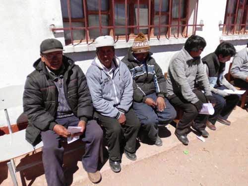 Die Dorfobrigkeiten- von links: Der Häuptling des Bezirks, der stellvertr. Ministerpräsident, einen, den der Schlaf übermannte, unser Sanitäter und der Arzt der Provincia.