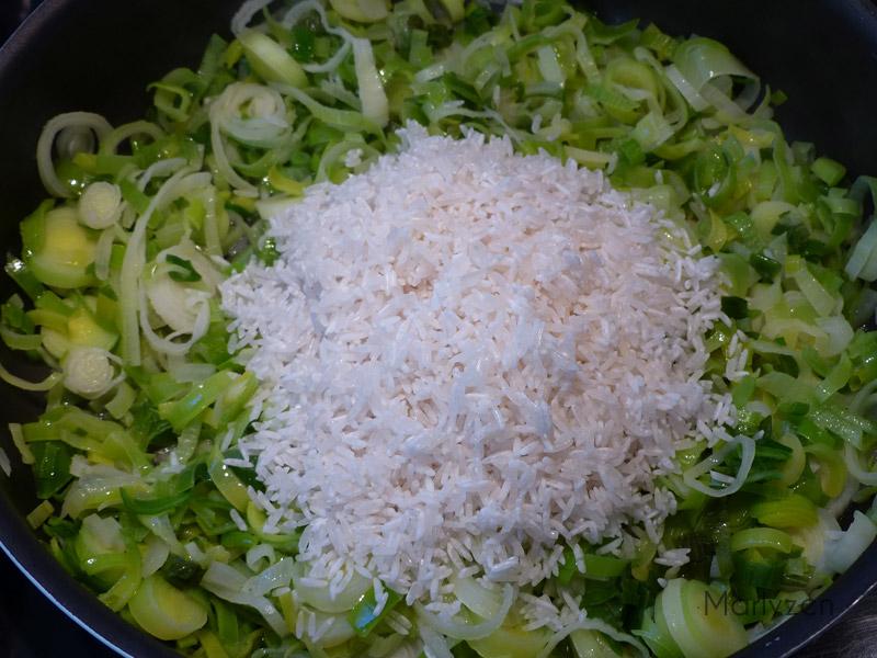 Faites suer les légumes puis ajoutez le riz.