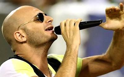 Foto de Hany Kauam cantando en concierto