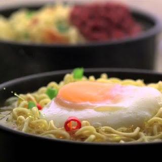 dua mangkuk mie dan telur