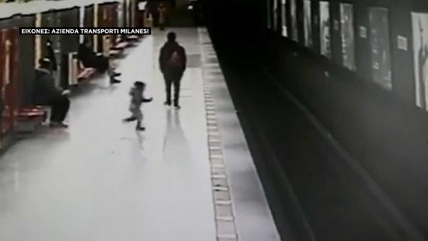 Ο ήρωας του μετρό: Δεκαοκτάχρονος έσωσε παιδάκι που είχε πέσει στις ράγες (βίντεο)
