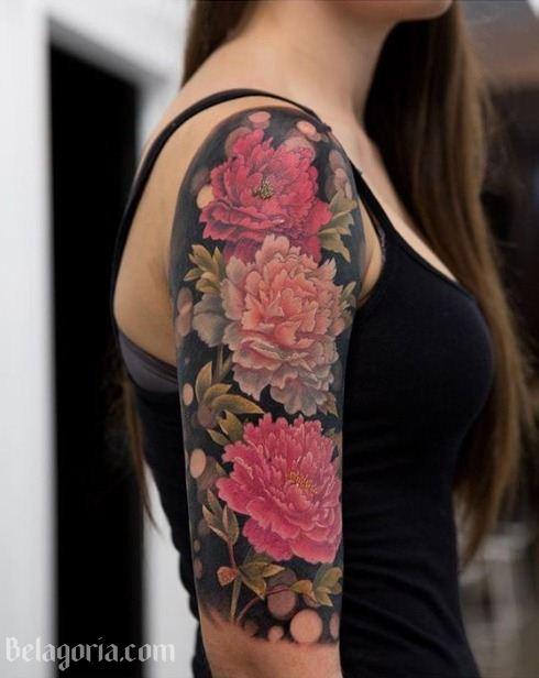 Foto de una mujer con un tatuaje de clavel en el brazo