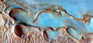 paisajes surrealistas desde aire desierto africano color dunas calor