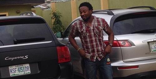 Tiền đạo Oseni bên chiếc xe hạng sang của mình