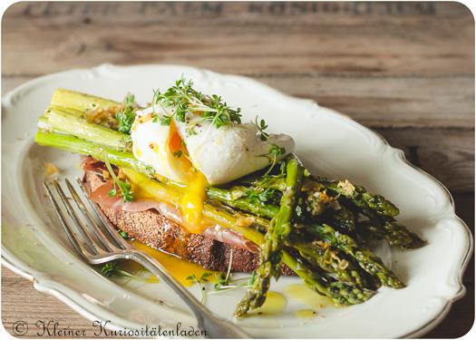 Crostini mit grünem Backofenspargel und pochiertem Ei