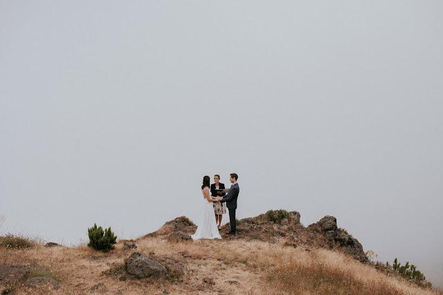 Przepiękny ślub we dwoje na szczycie góry wśród chmur. Madera.