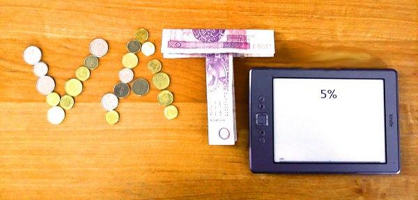 Czytnik Kindle Classic wyświetlający 5% i napis VAT z dwudziestozłotowych banknotów