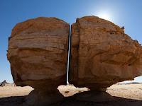 Misteri Al Naslaa, Batu Besar Di Madinah Yang Terbelah Sempurna Layaknya Ditebas Pedang. Subhanallah
