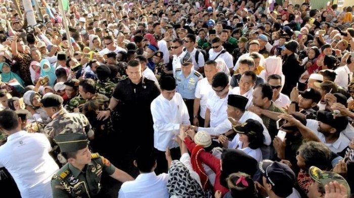 Tangan Jokowi 'Digeret' Warga Saat Kunjungi Ponpes di Lampung