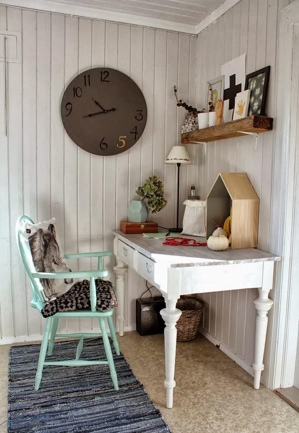 Miejsce do pracy z miętową nutą, wystrój wnętrz, wnętrza, urządzanie domu, dekoracje wnętrz, aranżacja wnętrz, inspiracje wnętrz,interior design , dom i wnętrze, aranżacja mieszkania, modne wnętrza, biurko, domowe biuro, miejsce do pracy, stare krzesło, stary stół, stare biurko, vintage