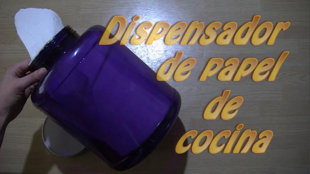 Dispensador de papel de cocina con botella de plástico reciclada