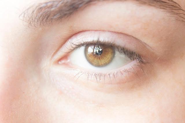 Макияж глаз с зелёным акцентом: до