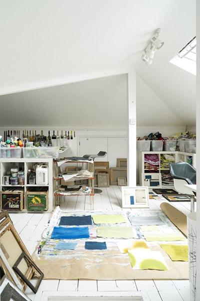 décoration atelier d'artiste blanc et lumière