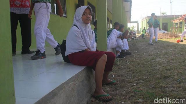 MIRIS...Siswi SMP di Brebes ini Sekolah Berseragam SD dan Sandal Jepit
