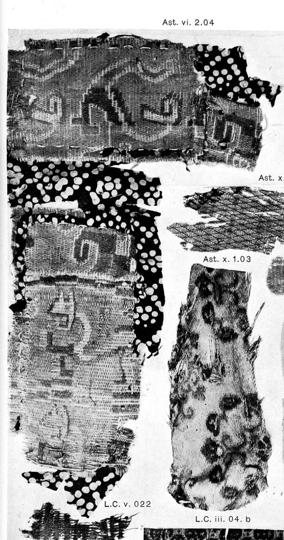 1c8727c33d A nagy angol kiadás azonosítja is a készítés technikáját (resist dyed  silks) és a lelőhelyet mind a leletismertetőben, mind a képen.
