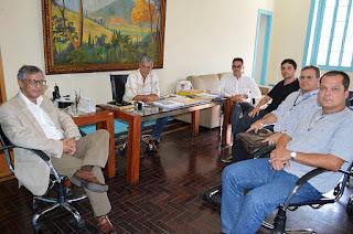 Prefeito Mario Tricano com secretários de sua equipe e representantes do Cemaden: parceria pela prevenção de acidentes e a preservação da vida