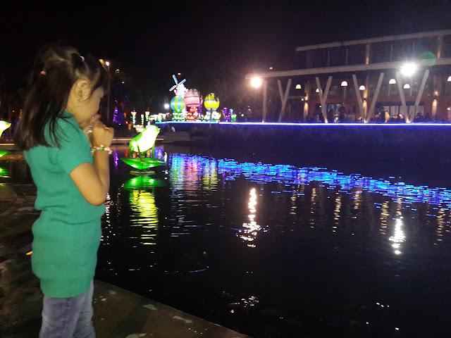 Spot Foto Melihat Ikan di Danau Food Junction Surabaya