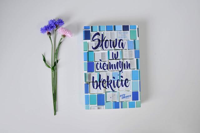 """Między kartkami książki, czyli """"Słowa w ciemnym błękicie"""""""