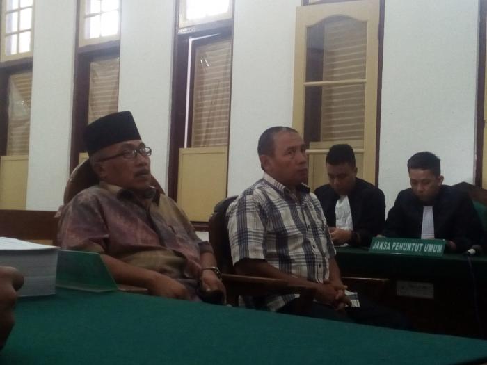 Sekda Asahan Sofyan (kiri) dan Darwin saat menjalani persidangan kasus dugaan korupsi MTQ ke-35.