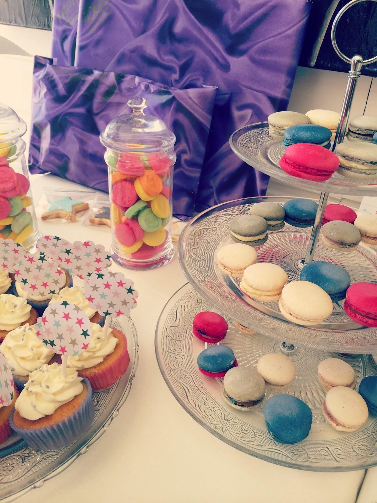 sucreries, macarons de couleur et cupcake