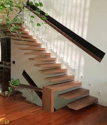 Nội thất với các bậc thang gỗ toàn khối.