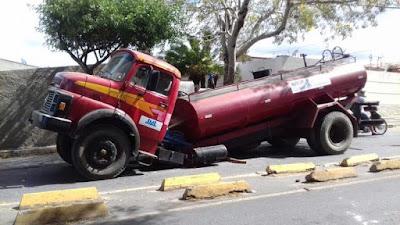 Cena inusitada de carro-pipa quebrado ao meio chama atenção na Paraíba