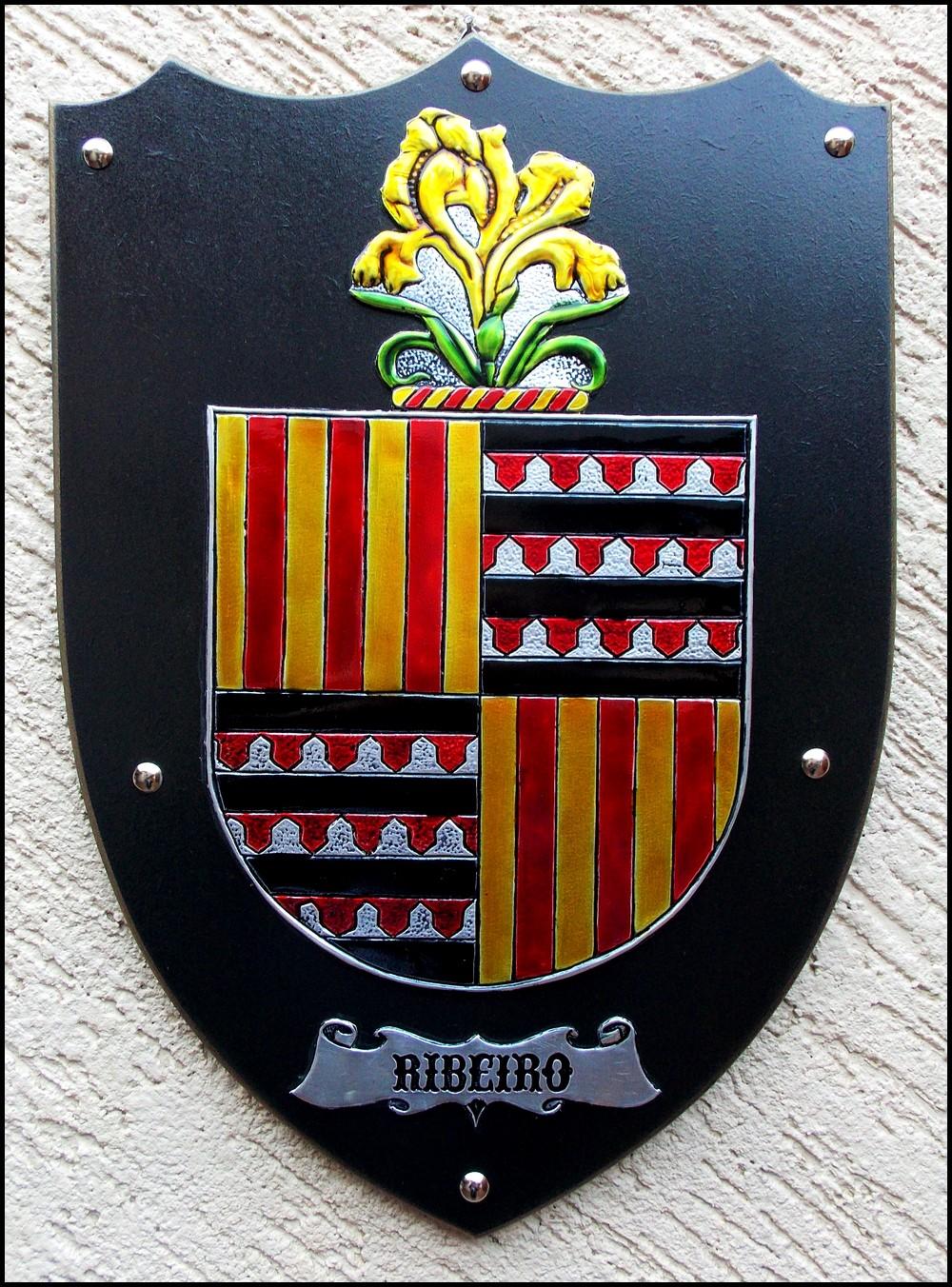 Trabalho artístico feito em repujado sobre alumínio com pintura com verniz  vitral reproduzindo o Brasão da Família Ribeiro de origem portuguesa. 4f6c83c79ecf7