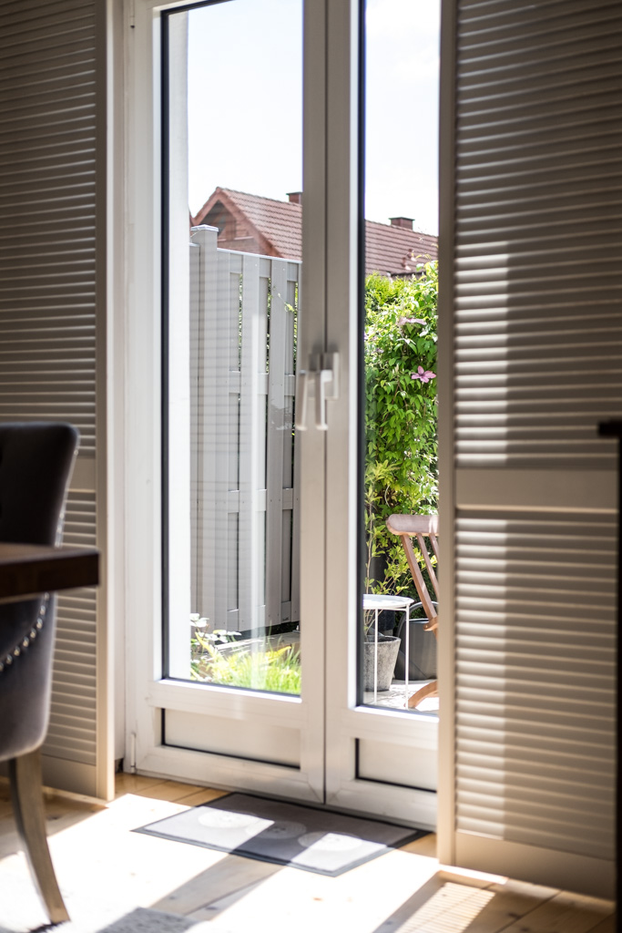 www.fim.works | Lifestyle-Blog | weiße Fensterläden, Terrasse, Terrassentüren