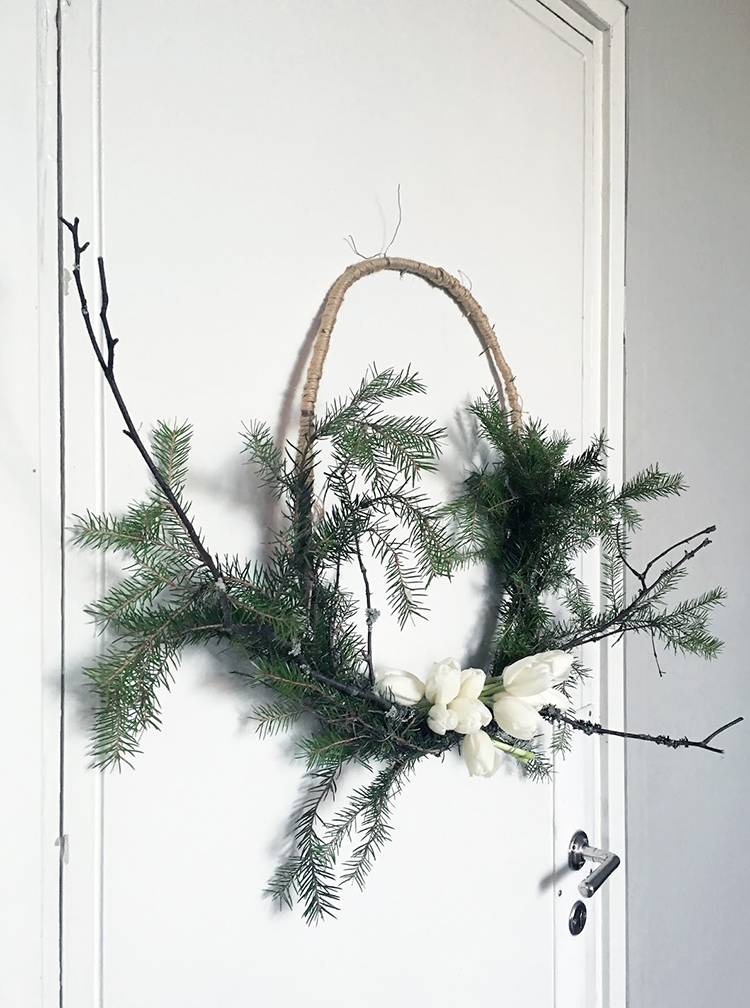 Asymmetrical wreath via Musta Ovi
