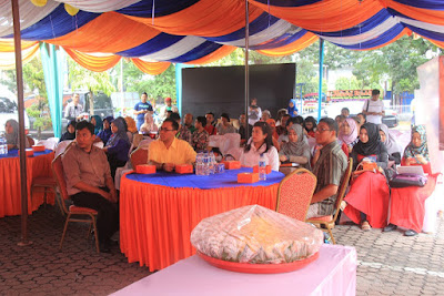 Direktur Bank Sumut Edi Rizliyanto diantara para peserta BlogFest2You.