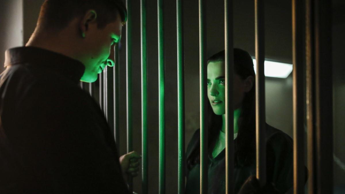 Metallo sacando de la cárcel a Lena Luthor en el episodio Luthors de 'Supergirl'